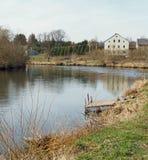 Jetée à une rivière pastorale, Siedlecin, Pologne Image stock