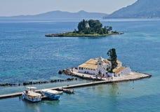 Jetée, église et île de souris, Corfou Images libres de droits