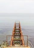 Jetée abandonnée rouillée en mer Images libres de droits