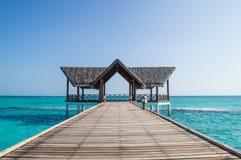 Jetée avec la hutte de plage Image libre de droits