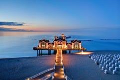 Jetée avec le restaurant à la mer baltique, Allemagne Photographie stock libre de droits