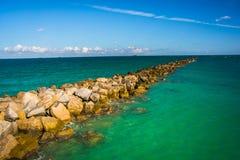 Jetée dans l'Océan Atlantique dans Miami Beach, la Floride Photo stock