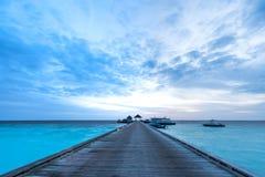Jetée de bateau sur un lever de soleil photos stock