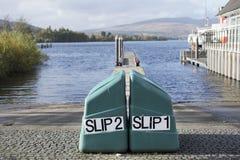 Jetée de cale lors de lancement de loch de lac pour des bateaux et des canoës de l'eau à Lomond Ecosse images libres de droits