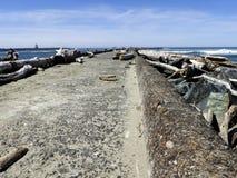 Jetée de ciment à la plage de Bullards, Orégon Images stock