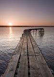 Jetée de club de navigation au coucher du soleil Photographie stock