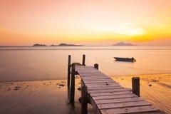 Jetée de coucher du soleil le long de côte images stock
