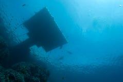 Jetée de flottement au-dessus d'un récif coralien Photo stock