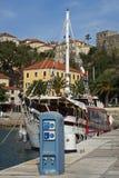 Jetée de mer avec le yacht de marche Image libre de droits