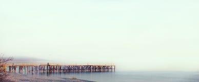 Jetée de mer avec les mouettes et le ciel clair Photos libres de droits