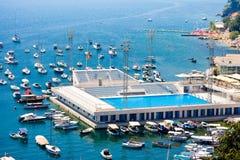 Jetée de port de Herceg Novi, ancrage et piscine de mer, baie de Boka Kotorska image libre de droits