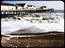 Jetée de Southwold et mer agitée un jour froid d'hiver Photos libres de droits