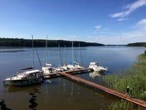 Jetée de yacht sur le lac Jeziorak en Pologne Photos stock