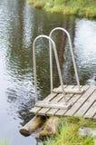 Jetée en bois avec des balustrades au muskeg Photographie stock