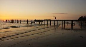 jetée en bois dans le coucher du soleil Photo libre de droits