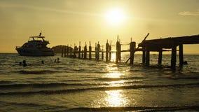jetée en bois dans le coucher du soleil Images libres de droits