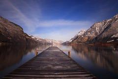 Jetée en bois en matin de l'hiver Photographie stock libre de droits