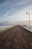 Jetée en bois en mer baltique pendant le coucher du soleil Photographie stock libre de droits