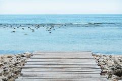 Jetée en bois, mer et ciel nuageux - images courantes Photo libre de droits