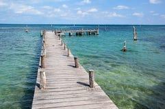 Jetée en bois sur la mer de turquoise Photographie stock libre de droits