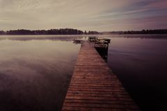 Jetée en bois sur le lac la nuit photographie stock libre de droits