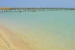 Jetée en bois sur une plage tropicale d'île Image libre de droits