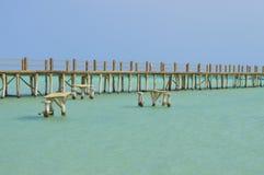 Jetée en bois sur une plage tropicale d'île Photographie stock