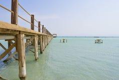 Jetée en bois sur une plage tropicale d'île Photo libre de droits