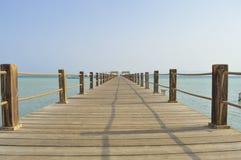 Jetée en bois sur une plage tropicale d'île Photos stock