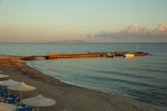 Jetée en mer à l'aube avec des canots automobiles Photo libre de droits