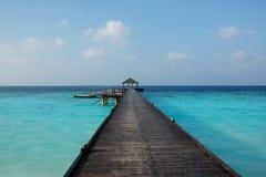 Jetée en mer tropicale Photographie stock libre de droits