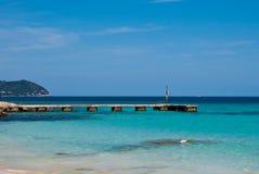 Jetée en pierre et mer Méditerranée sur Majorca Images stock