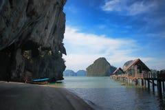 Jetée et bateau de longtail Photo stock