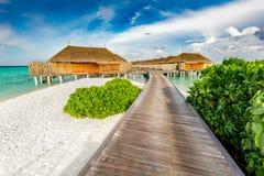Jetée et cabines en bois sur les Maldives image stock
