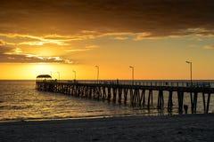 Jetée et coucher du soleil Image libre de droits