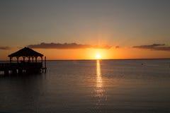 Jetée et la mer et le coucher du soleil Photo libre de droits