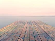 Jetée humide dans l'eau lisse de la baie de mer Taupe ancrée avec les poteaux en acier dans le fond photos stock