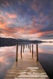 Jetée inondée dans l'eau de Derwent, secteur de lac, Angleterre Photo libre de droits