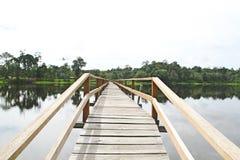 Jetée isolée à travers la zone de l'eau Photographie stock libre de droits