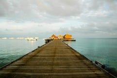 jetée Maldives de bateau Photographie stock libre de droits