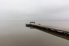 Jetée par temps brumeux avec le banc, tir diagonal Image libre de droits