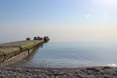 Jetée s'étendant dans la mer bleue Photo stock