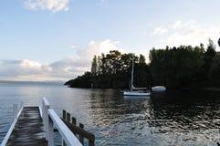 Jetée sur la baie d'acacia, île du nord Nouvelle-Zélande Photos libres de droits