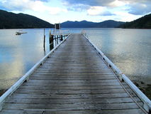 Jetée sur le lac à la Reine Charlotte Track, Nouvelle-Zélande Photos stock