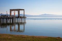 Jetée sur le lac Trasimeno, Italie photos stock