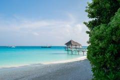 Jetée sur une lagune blanche de plage et de turquoise de sable en Maldives images libres de droits