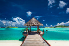 Jetée traditionnelle de bateau dans le lieu de villégiature luxueux des Maldives, Indien Ocea photographie stock libre de droits