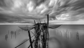 Jetée traditionnelle de pêcheurs de bambou et de bois de construction Photo stock