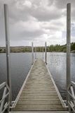 Jetée vide sur un lac Photo libre de droits