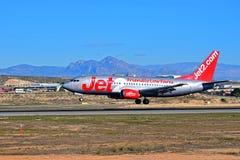 Jet2航行器着陆在阿利坎特机场 免版税库存图片